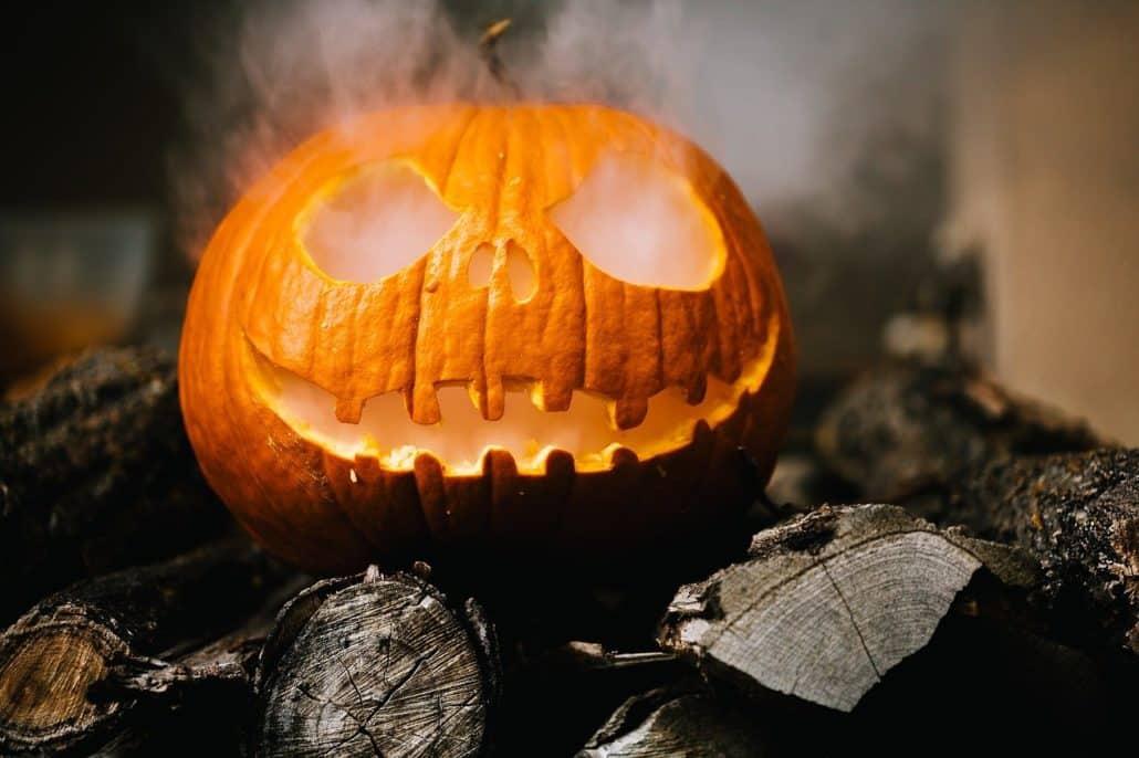 Qualmender Halloween Kürbis mit Trockeneis Nuggets